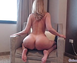 Milf Jiggles and Dirty dances Ass On Cam