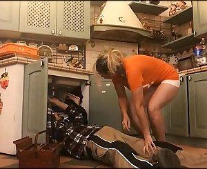 Moglie arrapata si fa sturare dall'idraulico