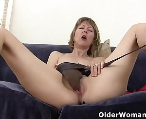 American mummy Zoe puts her massager to work
